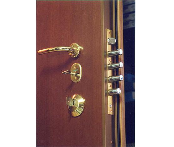 porte blindate classiche Le porte in pvc, con opportuni inserti d'acciaio e profilati speciali, possono adeguatamente sostituire le classiche porte blindate in acciaio-legno-laminati.
